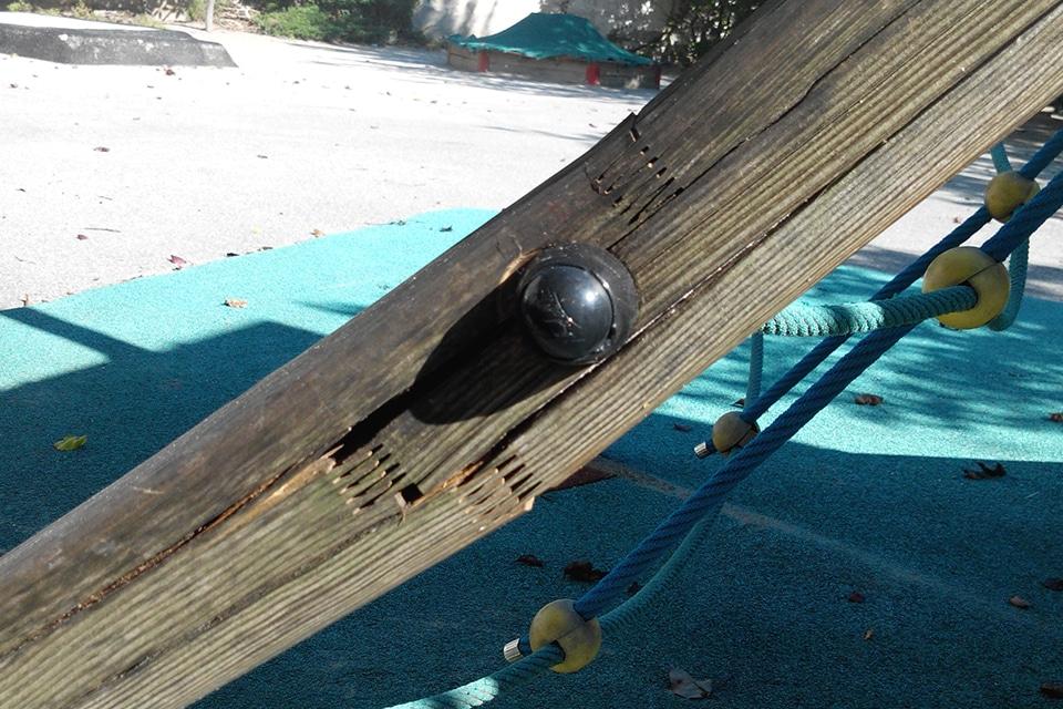Playgones intervient sur tout type de reparation d'aire de jeux : Dégradation des éléments en bois