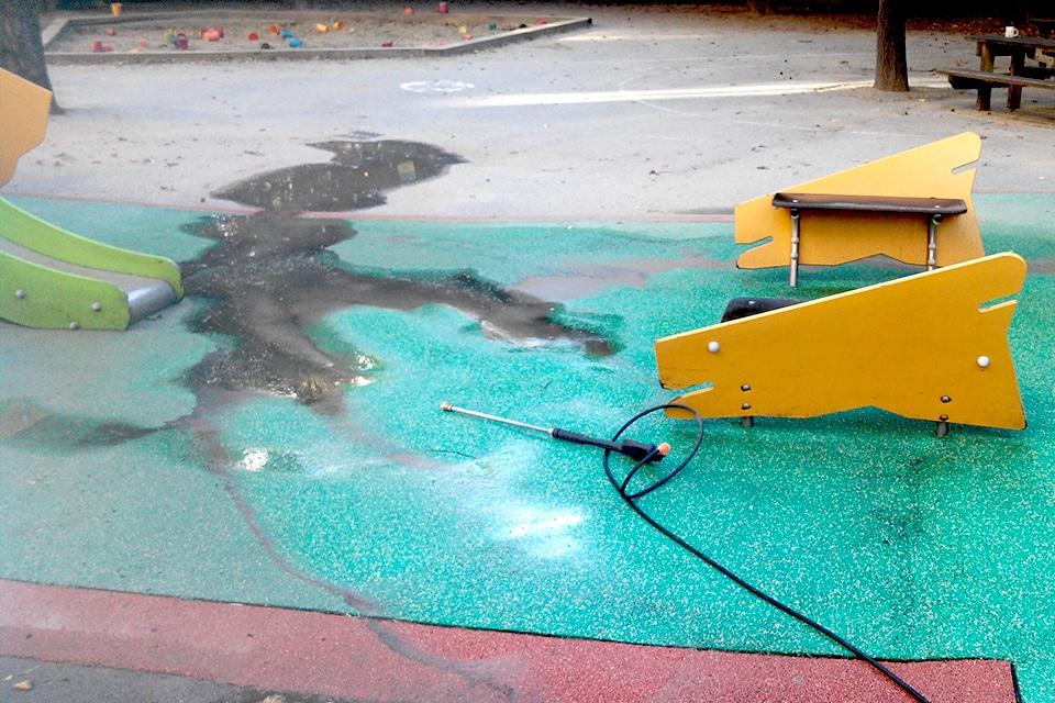 Playgones intervient sur tout type de reparation d'aire de jeux : Nettoyage des sols EPDM