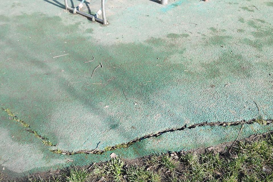 Playgones intervient sur tout type de reparation d'aire de jeux : Fissures dans un sol de sécurité