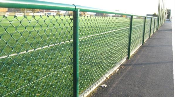 Playgones vous propose une large gamme de pare-ballon, de brise-vu, de mains courante et de portillons pour vos stades.